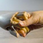Holzhand reichen - Hände schütteln und halten