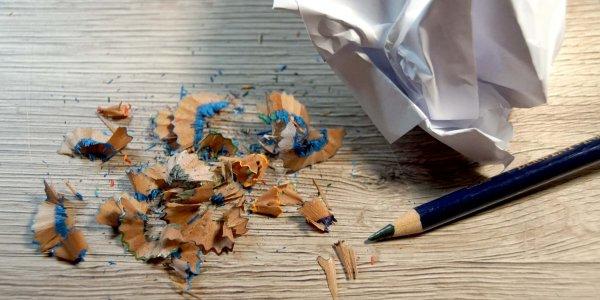 Spitzerreste vom Buntstift und zerknülltes Papier